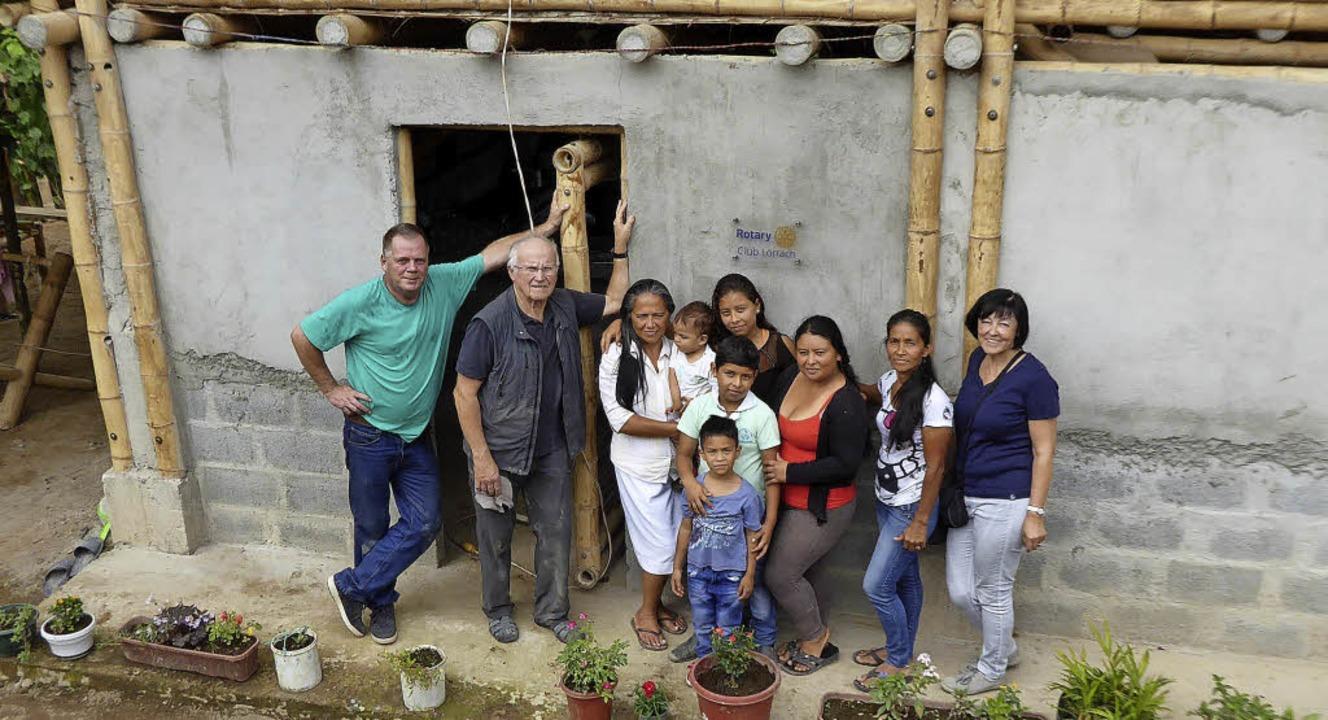 Eine Familie  mit Claus Vogel und Diet...audia Brunner (r.) vor dem Bambushaus     Foto: Privat