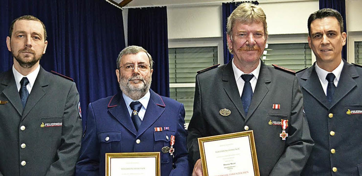 Kommandant Jürgen Bianchi (links) und ... dem Feuerwehr-Ehrenzeichen in Gold.      Foto: Paul Berger