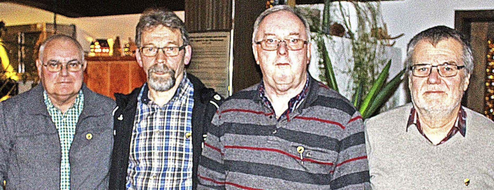 Eine Ehrennadel erhielten Norbert Stie...ermeister  Harald Lais (ganz rechts).   | Foto: martin klabund
