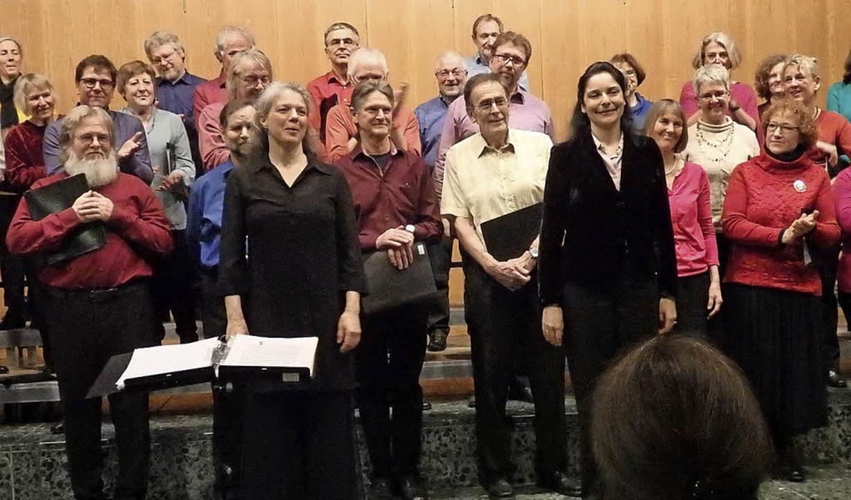 Der Kammerchor Staufen (Leitung: Kerst...tte rechts) begeisterten das Publikum.  | Foto: Bianca Flier