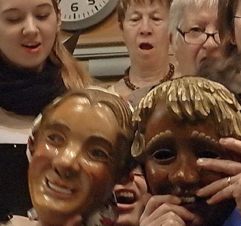Mit Masken deutete der Kammerchor  das Ende des fröhlichen Fasnettreibens an.  | Foto: Bianca Flier