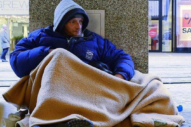 Obdachlose schlafen draußen, obwohl es freie Schlafplätze gibt