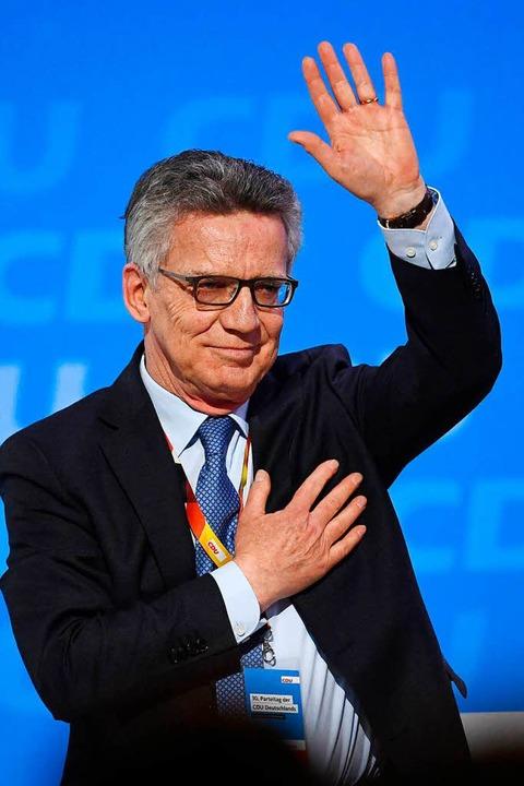 Nahm zum Abschied Ovationen entgegen: ...ende Innenminister Thomas de Maizière   | Foto: AFP