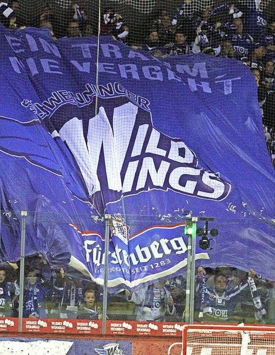 Wogen der Begeisterung: Die Fans der W...rby gegen Mannheim auf einen Heimsieg.    Foto: reinhardt