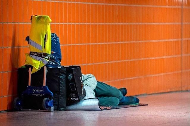 Stadt schafft zehn zusätzliche Übernachtungsplätze für Obdachlose in der Stadthalle