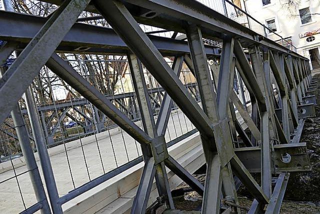 Die Radfahrer müssen auf der Brücke schieben