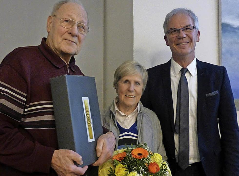 Werner Kästle (links) und  seine Frau ...en von  Bürgermeister  Mosbach geehrt.  | Foto: Gallien