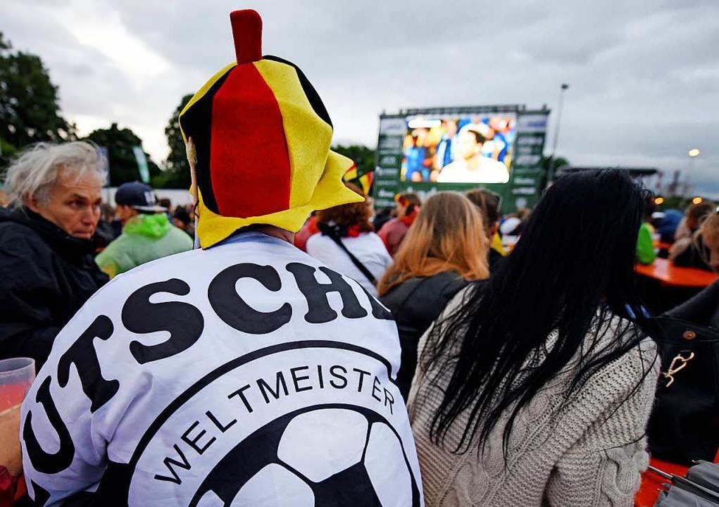 Fußballfans verfolgen 2016 beim Public...enung von Deutschland und der Ukraine.  | Foto: dpa
