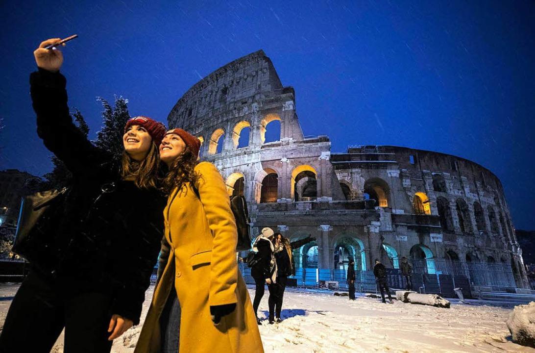 Vor dem Kolosseum in Rom war am Montag... der Winter auch in Neapel angekommen.    Foto: dpa