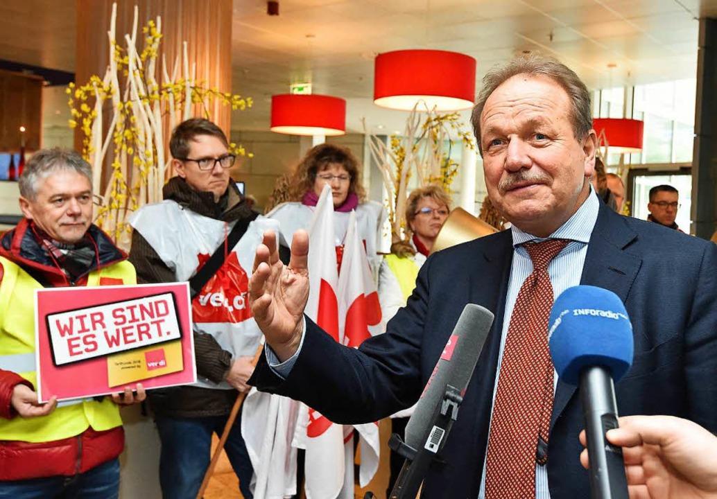 Verdi-Chef Frank Bsirske vor dem Begin...handlungen für den öffentlichen Dienst    Foto: dpa