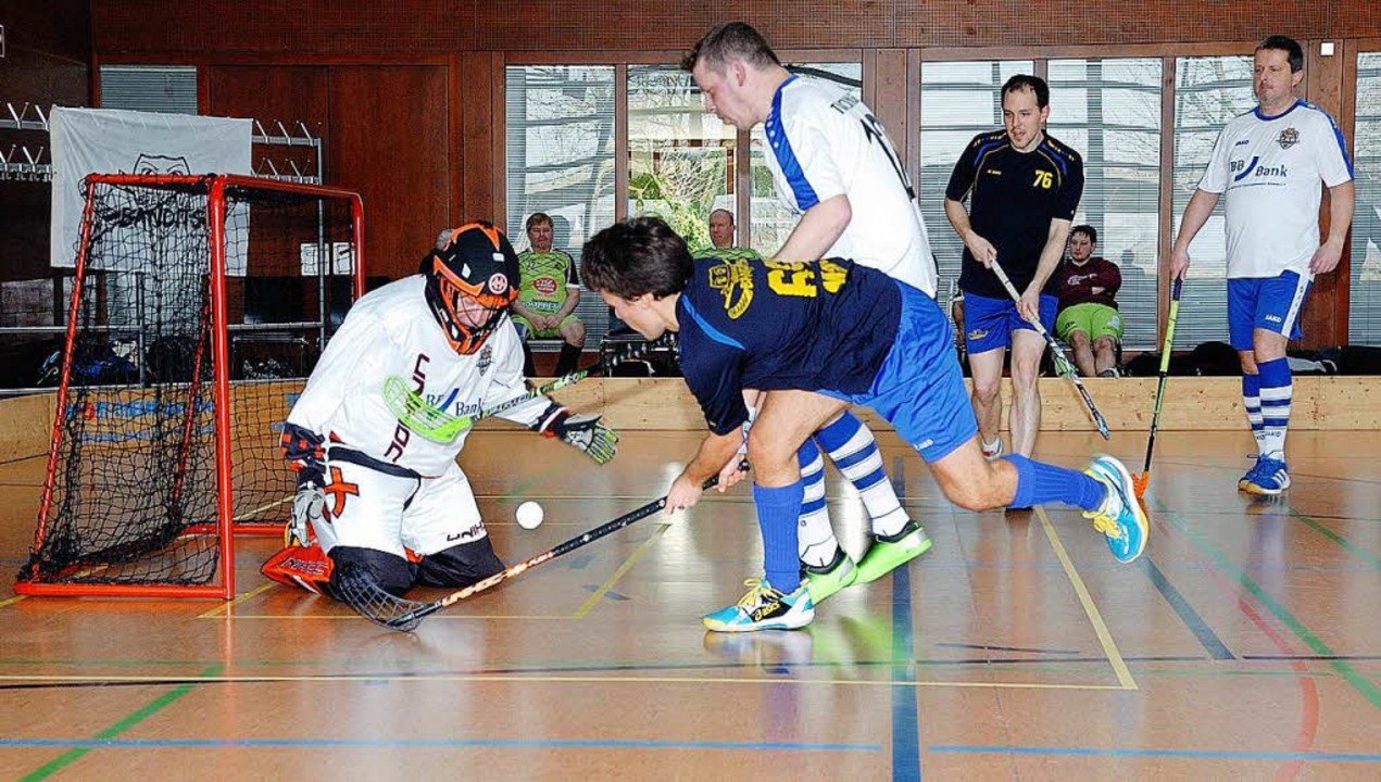 Hält der Torwart diesen Ball? Die Mann...en kampfbetontes Floorball in Riegel.   | Foto: Jürgen Schweizer