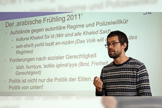 Benjamin Schütze von der Universität Freiburg spricht vor Gundelfinger Schülern über die Politik des Nahen und Mittleren Ostens
