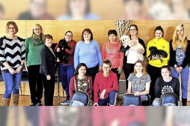 Junge Frauen lernen, sich zu wehren