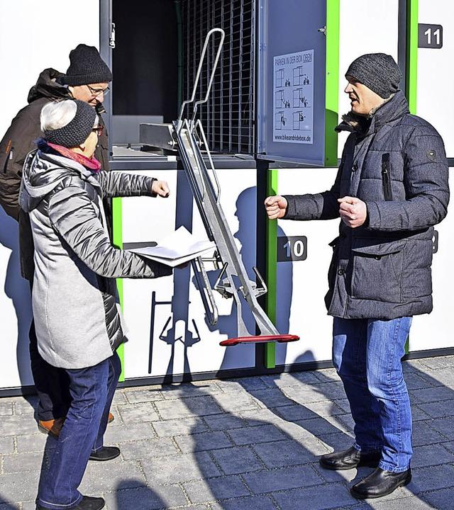 Mathias Klausmann demonstriert, wie di...Anlage am Bahnhof Zell funktionieren.     Foto: Stefan Ammann