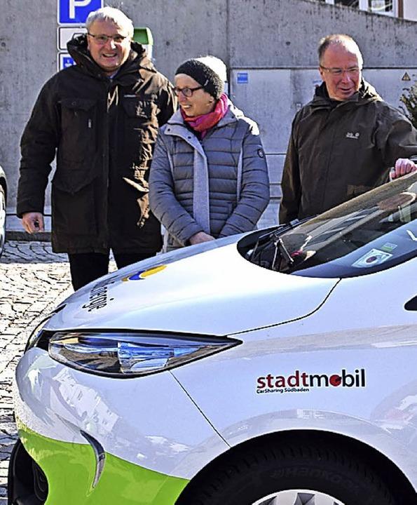 Bürgermeister Peter Palme,  Luzia Phil...inz Keller (von links) am neuen E-Auto    Foto: Stefan Ammann
