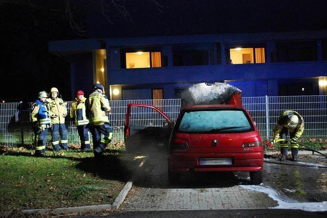 Autobrand auf dem Parkplatz