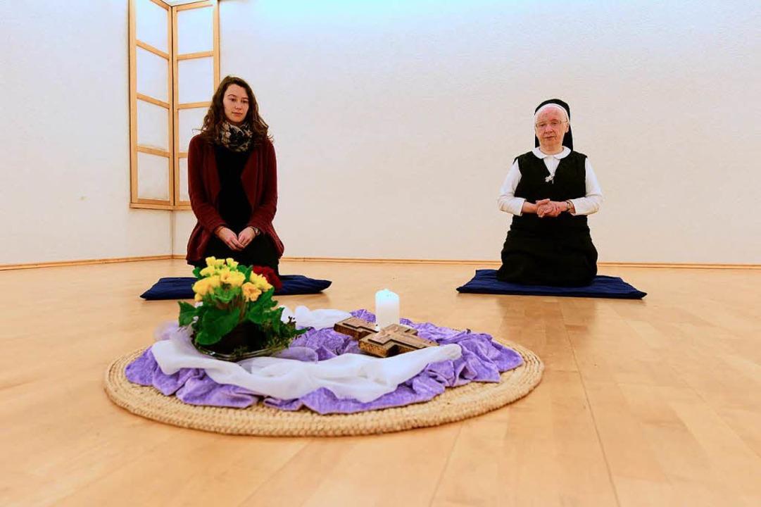 Schwester Jutta Endriß (rechts) und BZ...ra Volke im Meditationsraum der Cella.  | Foto: Ingo Schneider