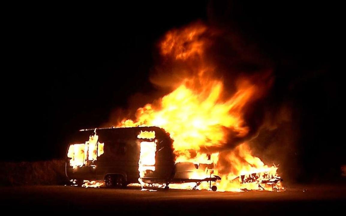 25 Fahrzeuge gehen wohl schon auf das ...brannte in Schwanau ein Wohnwagen aus.  | Foto: Wolfgang Künstle