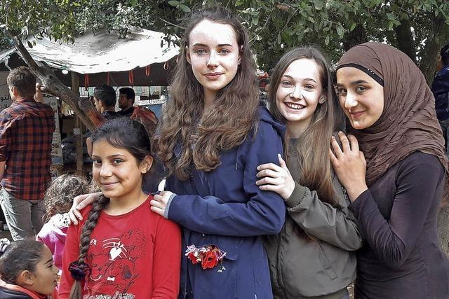 Mädchen helfen im Flüchtlingslager