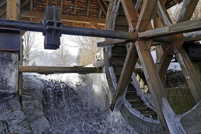 Wasserrad mit Eiskruste