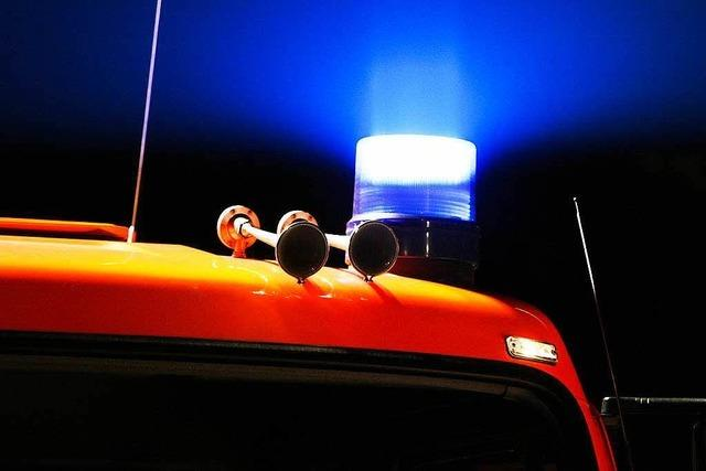 Brand in einer Garage beschädigt Auto, Roller und Räder