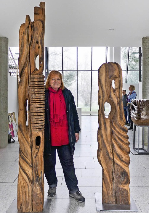 Beate Neumanns mächtige Totempfähle bi...kühlen Glasarchitektur des Rathauses.   | Foto:  usk