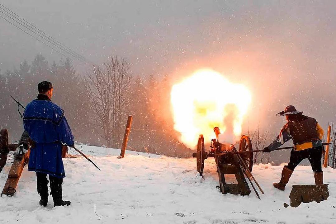 Bumm: Die Kanone wird abgefeuert, die Schüsse sind weithin zu hören.  | Foto: Stefan Ammann