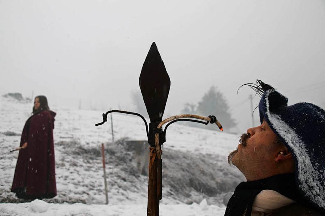 Bei dem Wetter ist es nicht so einfach, die Lunte anzuzünden.  | Foto: Stefan Ammann
