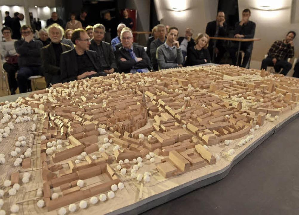 Die zweite Platte des Stadtmodells &#8...elhalle der Sparkasse  zu besichtigen.  | Foto: Rita Eggstein