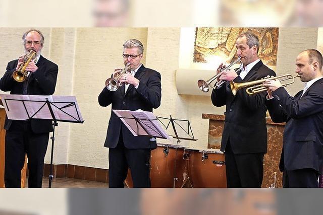 Marktmusik: Vier Trompeter für den Freundeskreis Asyl