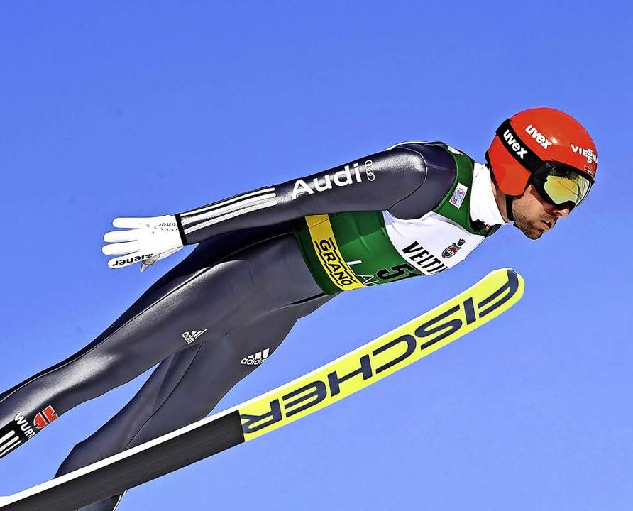 Nach schwachem Saisonstart plötzlich wieder Spitzenreiter: Johannes Rydzek   | Foto: DPA