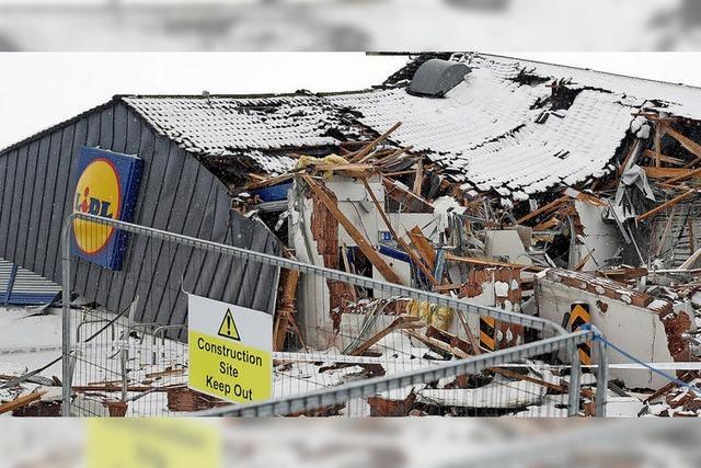 Mit Bagger Supermarkt zertrümmert