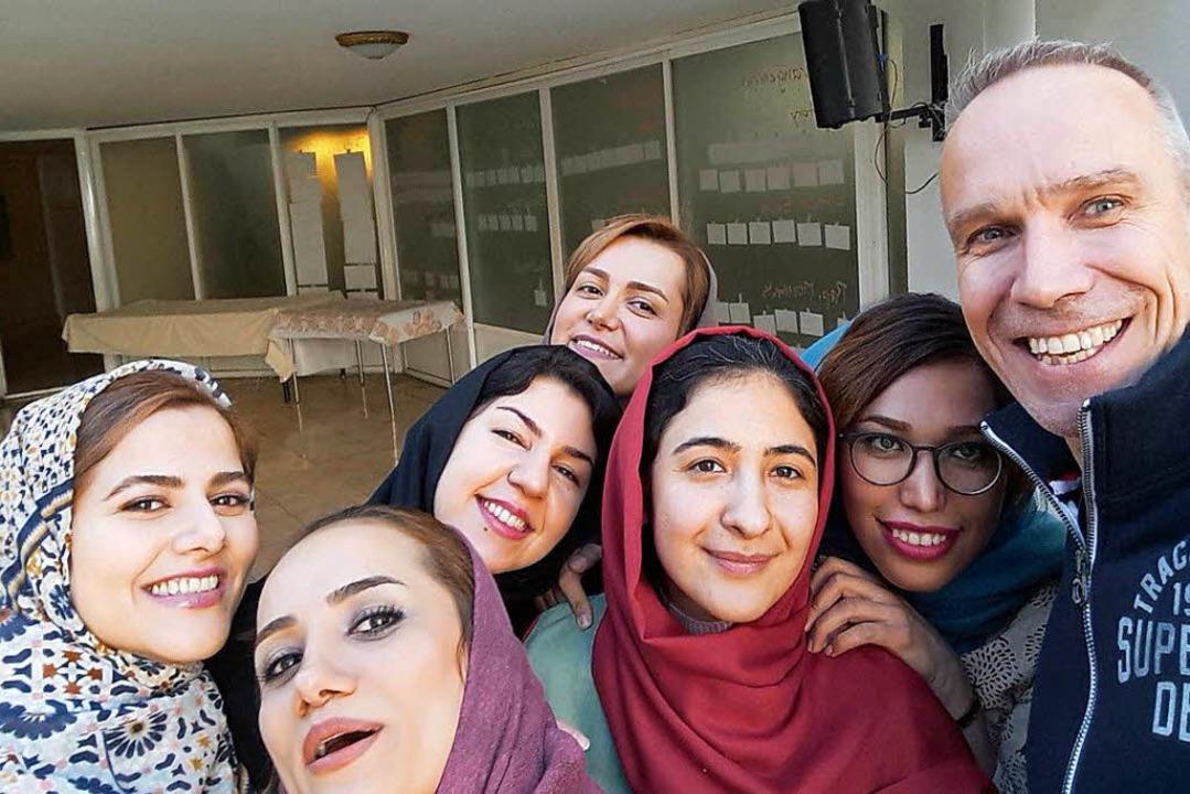 Selfie mit Kursteilnehmerinnen: Der Ph...peut Georg Supp unterrichtet im Iran.   | Foto: Privat