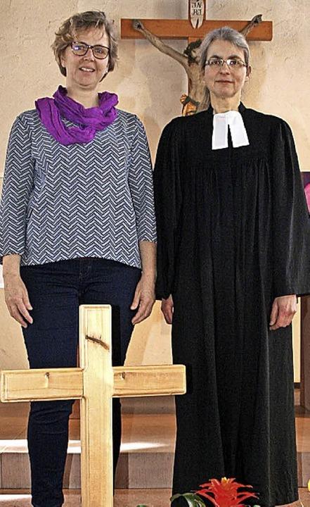 Kirchengemeinderatsvorsitzende Tanja Nann mit Pfarrerin Ulrike Krumm   | Foto: Gerd Sutter