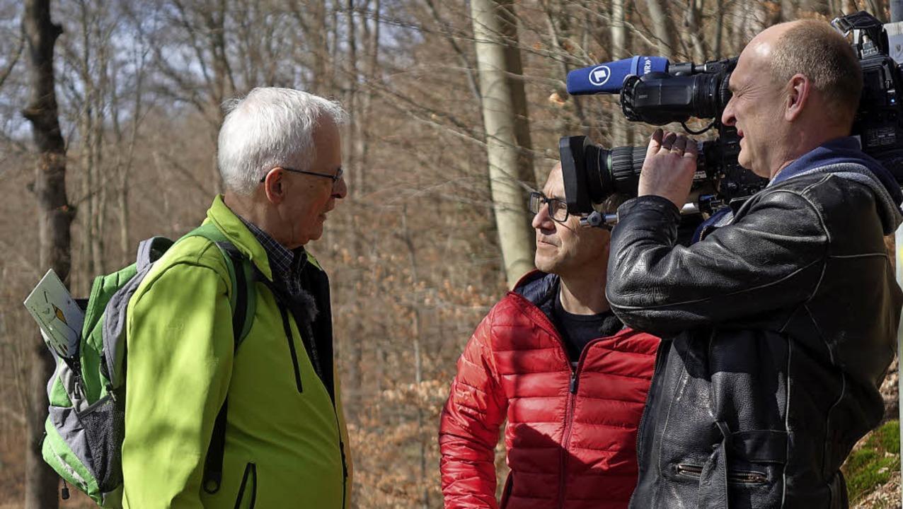 Günter Dännart (links) kennt kein Lamp...stellt dem SWR-Team seine Arbeit vor.   | Foto: Katrin Dorfs / Viola Vetter