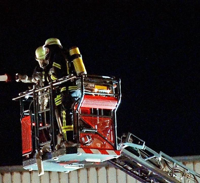 Ein Großaufgebot der Feuerwehren aus E... des Brandes auf weitere Gebäudeteile.  | Foto: Wolfgang Künstle