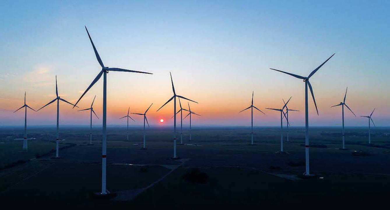 Ohne Wind und ohne Sonne liegt die Ökostromproduktion lahm.  | Foto: DPA