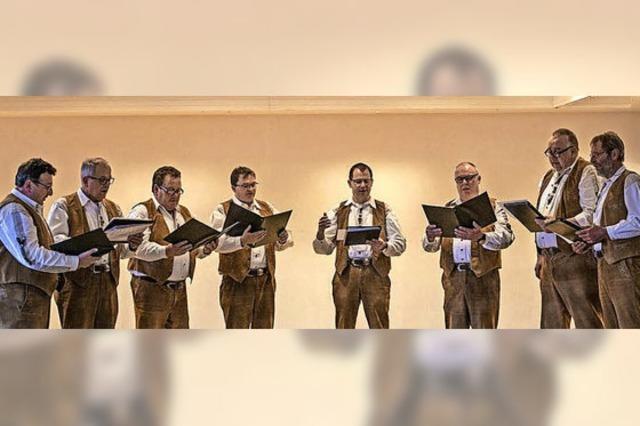 Senioren singen freudig mit