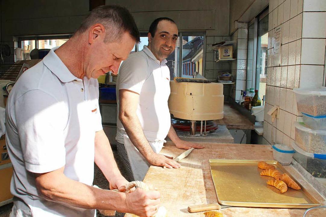 Bäckermeister Georg Henninger (links) mit seinem Auszubildenden Roland Beridze  | Foto: Erika Sieberts