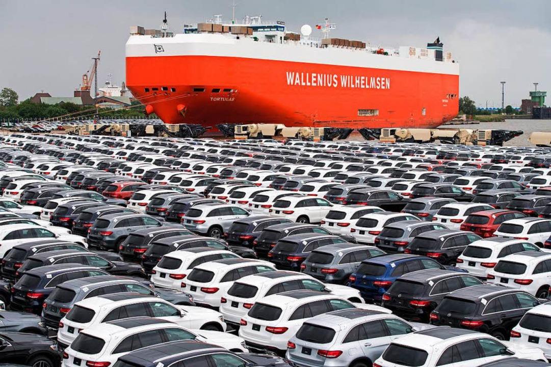 Neuwagen von Mercedes-Benz stehen auf ...er BLG Logistics Group in Bremerhaven.  | Foto: Ingo Wagner