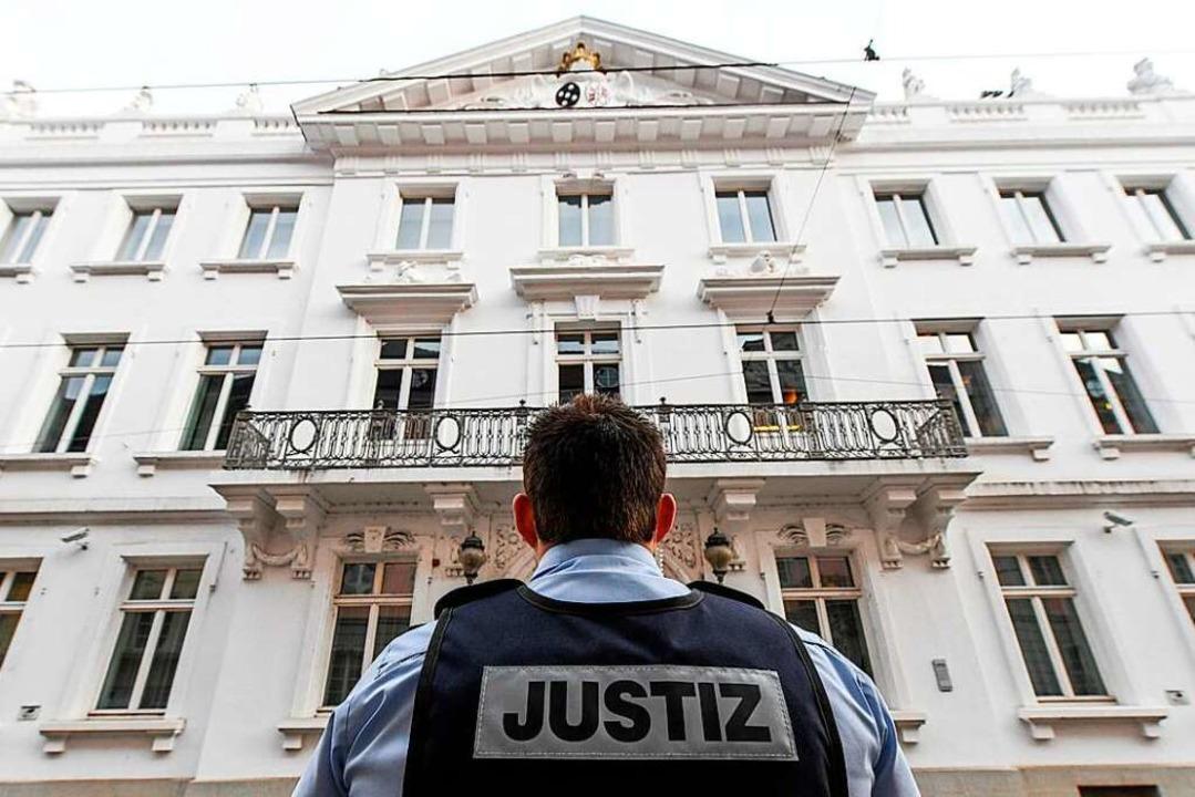 Seit September wird am Landgericht Fre...d zu Prozessbeginn, dass er im Oktober  | Foto: dpa