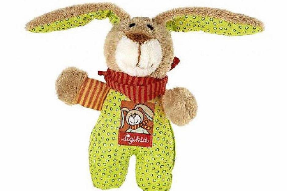 Mein Kuscheltier heißt Wombel Bombel und ist ein Hase. Er  besteht aus Stoff und Watte.  Seine Kleidung ist grün, braun, orange.  An dem Tag meiner Geburt bekam ich ihn von meiner Tante geschenkt. Als ich noch klein war habe ich immer mit ihm geredet und gespielt.  Ich konnte abends nicht ohne ihn einschlafen und habe immer geweint, wenn er nicht bei mir war. (Kevin, 9 Jahre) (Foto: privat)
