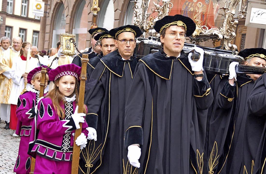 Wie jedes Jahr wird der Reliquienschre...Fridolin durch die Altstadt getragen.   | Foto: Hildegard Siebold