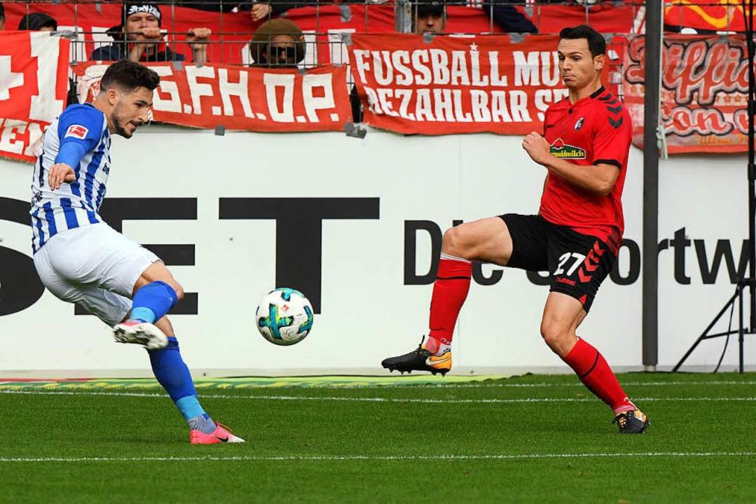 Mathew Leckie (links) gegen Nicolas Hö...a und dem SC sind meist hart umkämpft.  | Foto: Heuberger