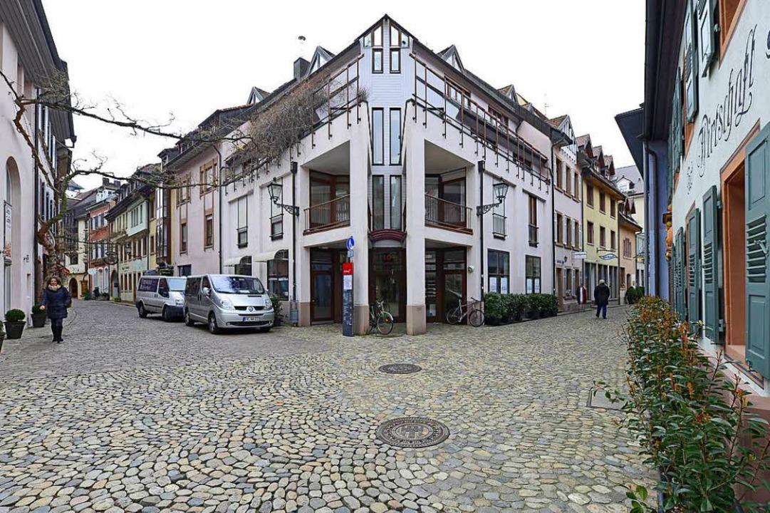 Links die Konviktstraße, rechts die Mü...Mitte seit einem Jahr drei leere Läden  | Foto: Ingo Schneider