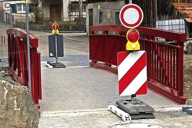 Letzte Arbeiten an roter Brücke