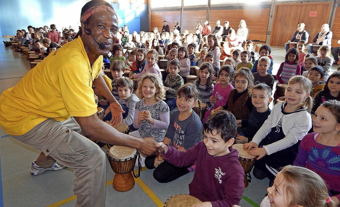 Rund 1000 Kinderhände brachten beim Pr...Goetheschule die Turnhalle zum Beben.   | Foto: Claudia Gempp