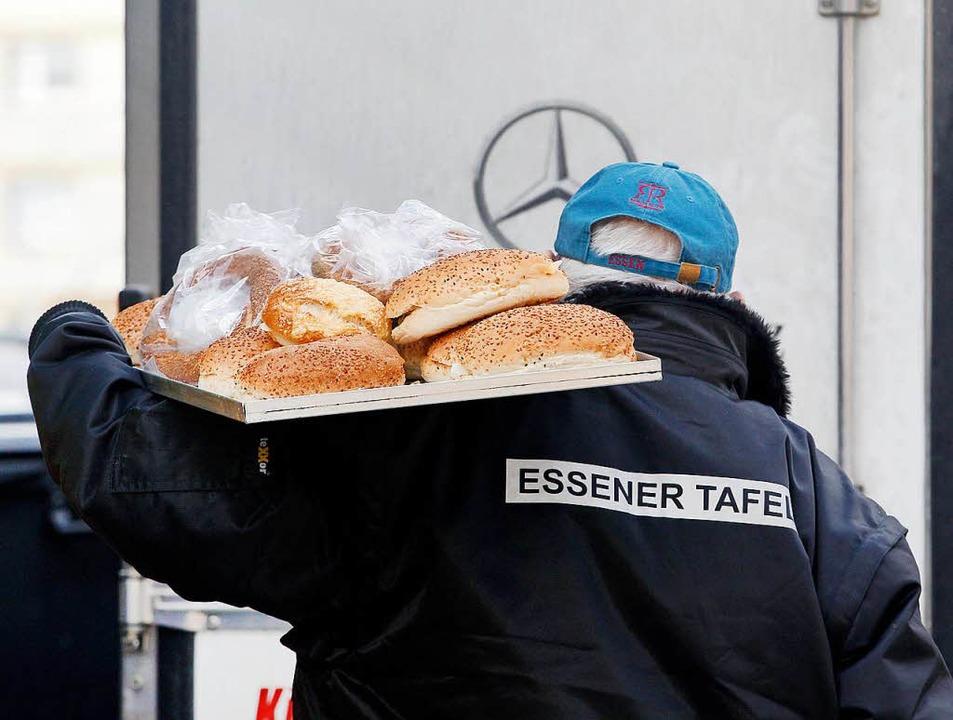 Ein Mitarbeiter der Essener Tafel liefert Ware an.  | Foto: dpa