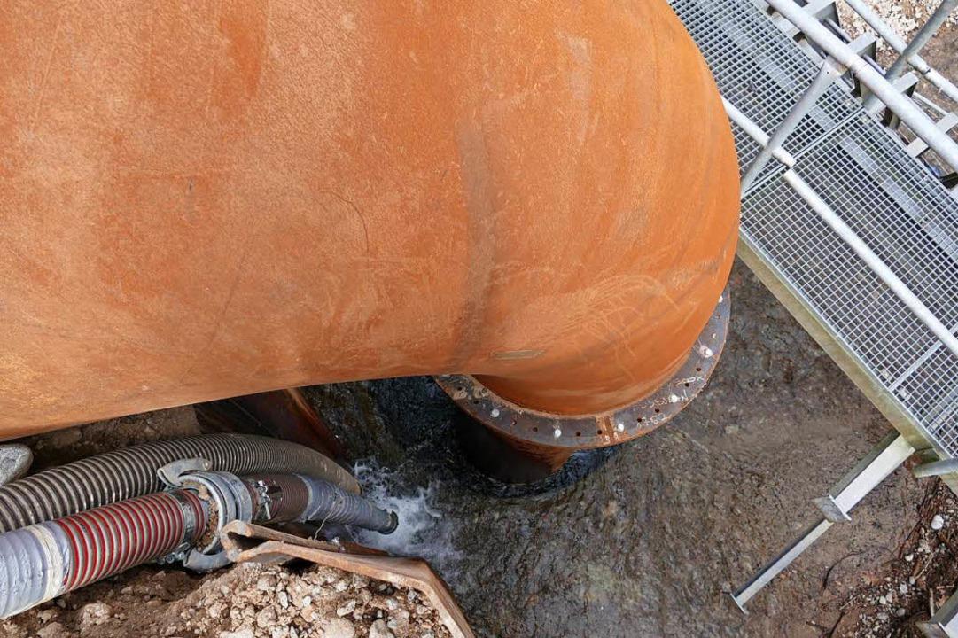 Das Rohr saugt das Bachwasser auf der ...t es so über die Dammbaustelle hinweg.  | Foto: Manfred Frietsch
