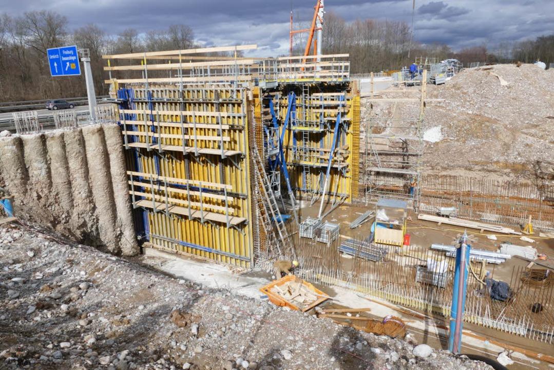 Das  im Bau befindliche neue Auslassba...ckhaltebeckens hat enorme Dimensionen.  | Foto: Manfred Frietsch